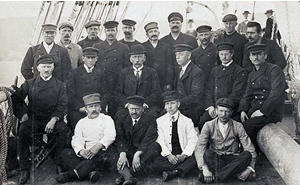 Crew of the Fram 1912, Amundsen centre with bowler hat